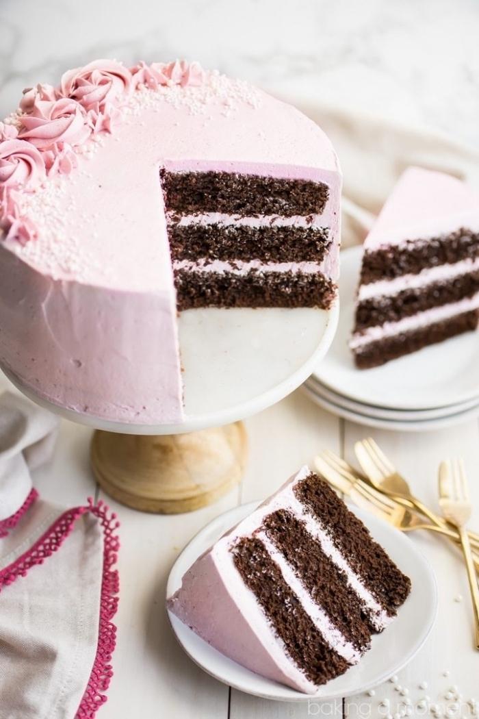 gâteau au chocolat recouvert de glacage framboise à base de crème au beurre, décoré de jolies roses en glaçage