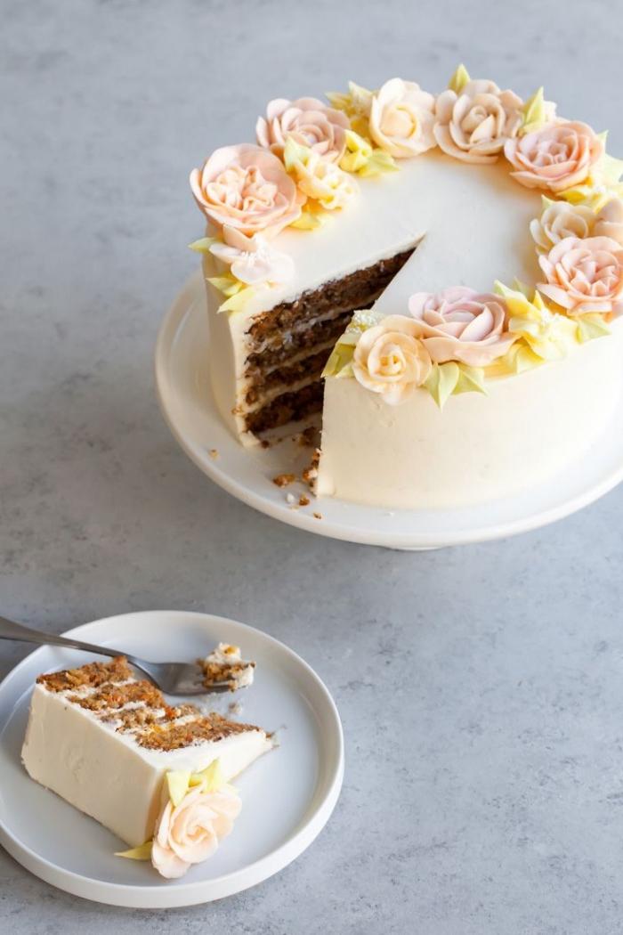 recette de gâteau aux carottes au glaçage de fromage frais, décoration gâteau jolies roses en crème beurre