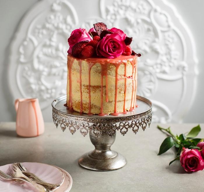 un gâteau d'anniversaire dégoulinant original au glacage sucre glace, beurre et vanille, au coulis teinté de jus de betterave