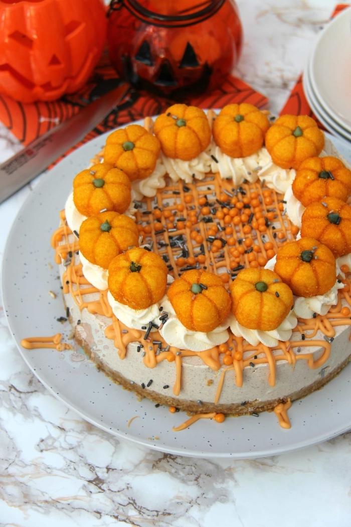 gâteau d'halloween sans cuisson à décoration thématique de petites citrouille, cheesecake d'halloween sans cuisson au fromage frais, saveur citrouille
