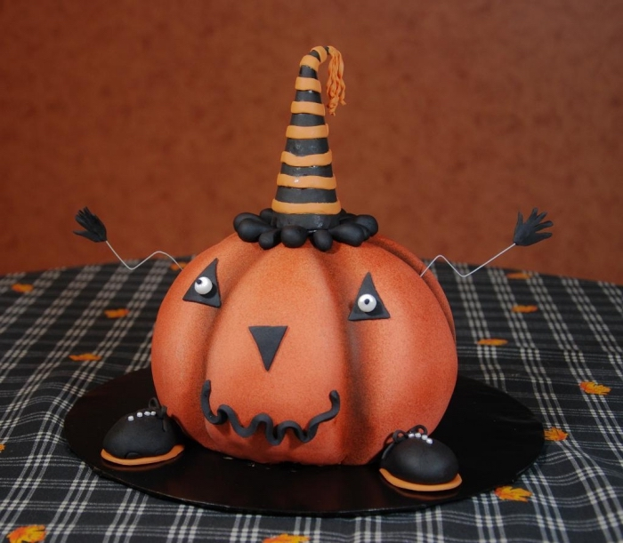 exemple fantastique d'un gâteau Halloween facile à faire, modèle de gâteau citrouille avec fondant coloré en orange