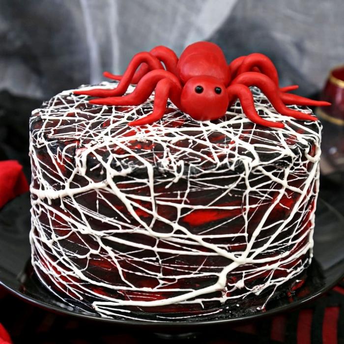 exemple comment décorer facilement un gâteau de style Halloween au glaçage noir et rouge avec chocolat blanc