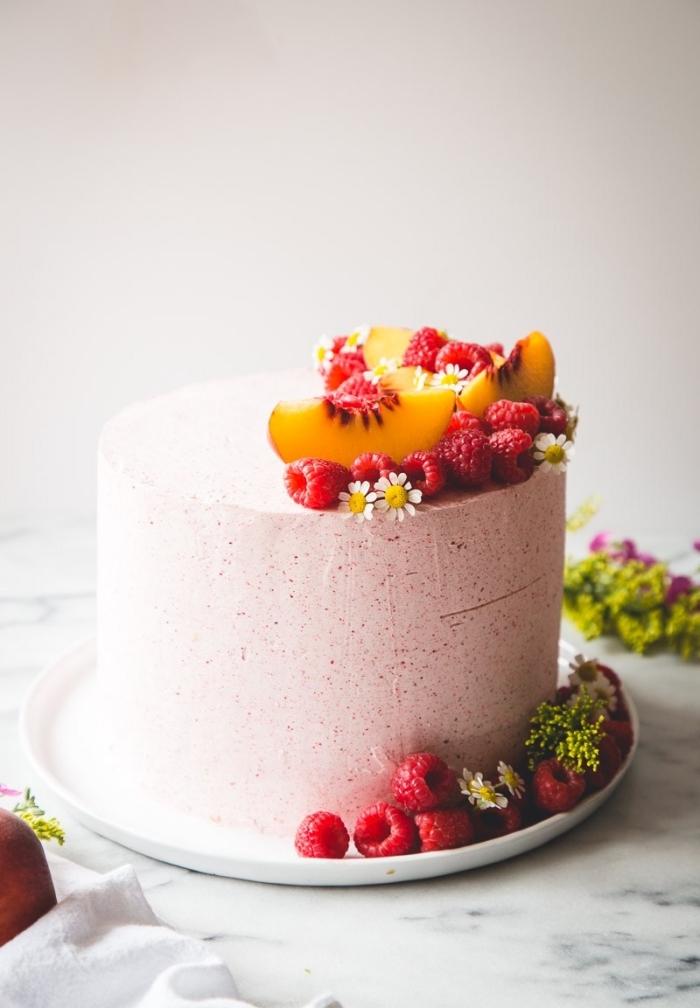 recette de gâteau fruité sans farine, aux amandes, framboises, pêche et crème mascarpone, au glacage framboise lisse et crémeux