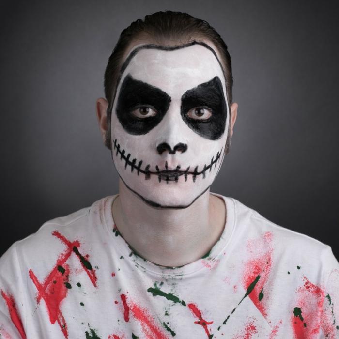 visage d'homme aux contours tete de mort, maquillage halloween homme facile, tee-shirt taché de rouge et noir