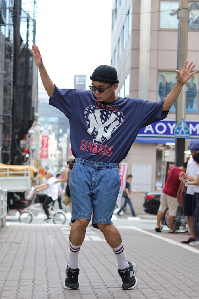 Vetement année 80 interpretant le style hip hop, déguisement année 80, thème année 80 hip-hop