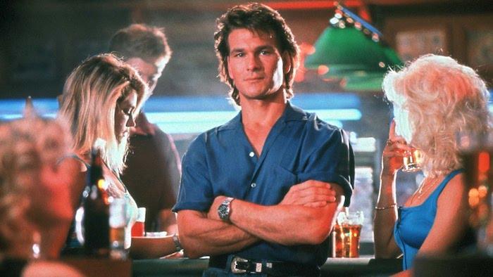 Adapter le look des années 80 pour vos tenue à la mode, style décontracté chic pour homme, le beau Patrick Swayze en chemise bleu et jean, cool idée tenue annee 80 pour homme