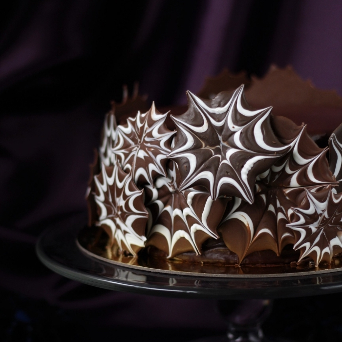 recette gateau halloween facile au chocolat, exemple comment décorer un gâteau avec biscuits et chocolat à design toile d'araignée
