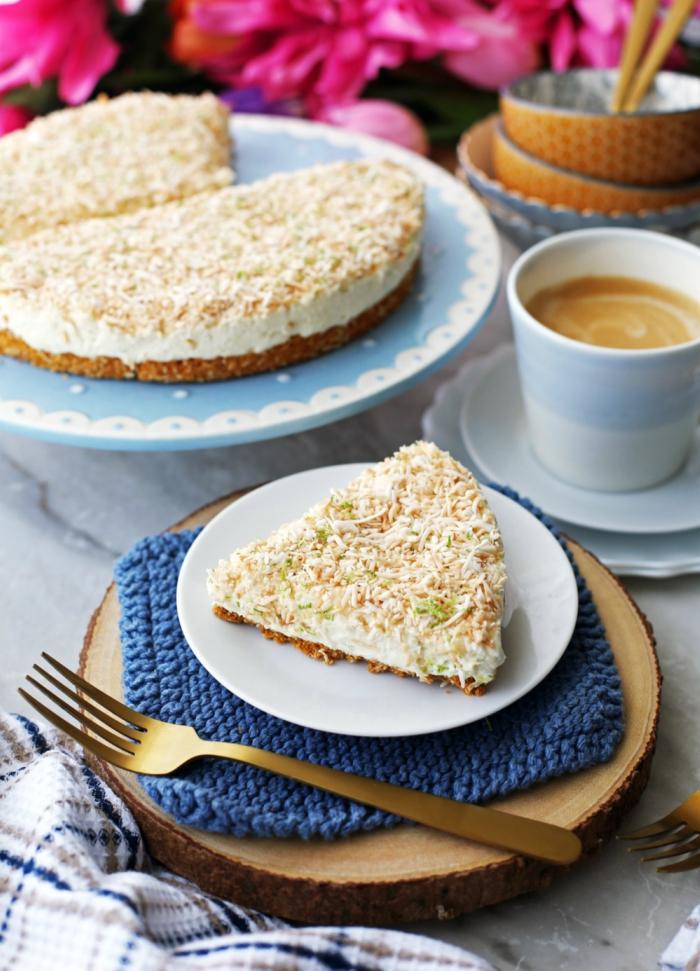 recette de gateau au mascarpone, à la noix de coco et au citron, avec une base de pâte biscuitée de biscuits et de noix de coco râpée grillée