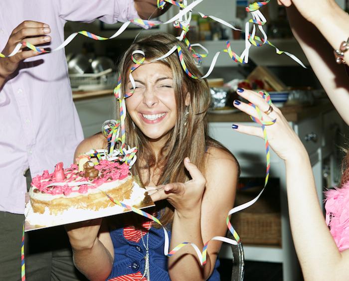 Anniversaire 18 ans fille, deco fete pas cher, deco table anniversaire 18 ans, s'amuser avec des amis pour la soirée spéciale