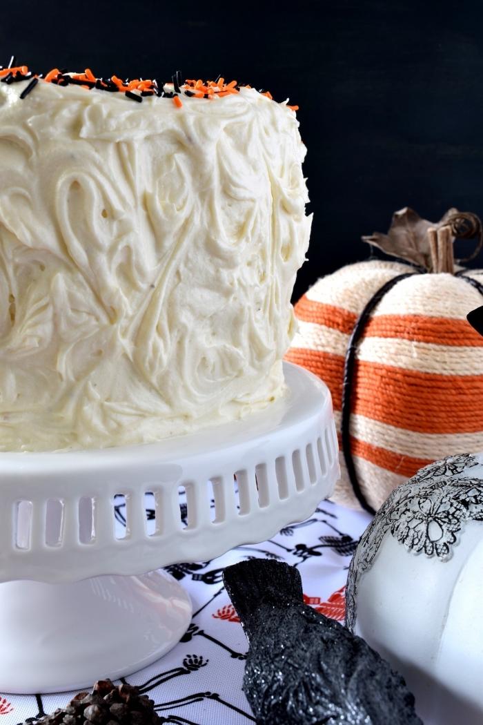 modèle de gâteau simple à faire avec génoise à la vanille et crème au beurre, recette halloween dessert avec déco nonpareils orange et noir