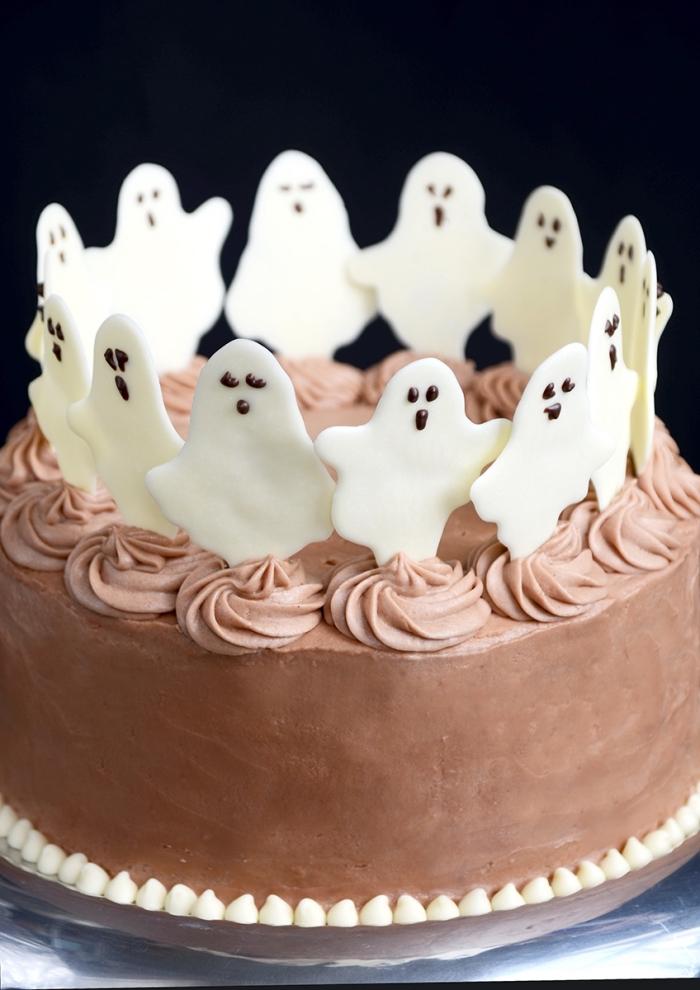 modèle de gâteau Halloween pour anniversaire d'enfant, recette facile pour faire un gâteau au chocolat et caramel