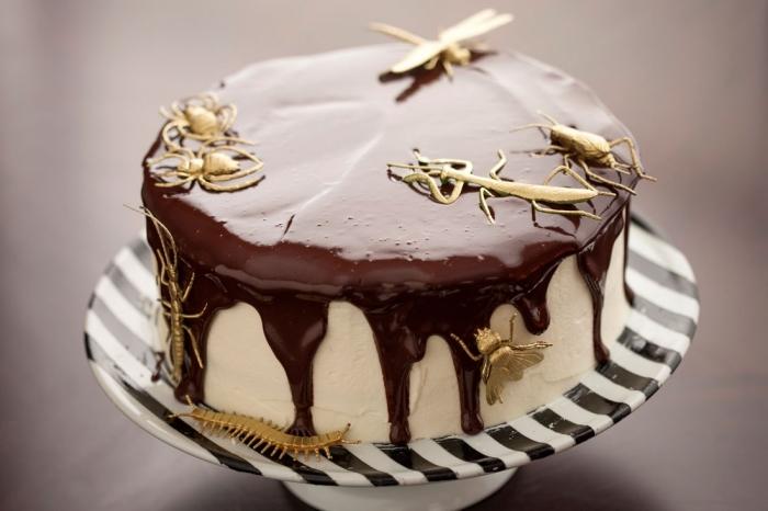 décoration de gâteau Halloween stylée et élégante avec glaçage au chocolat blanc et figurines insectes dorées