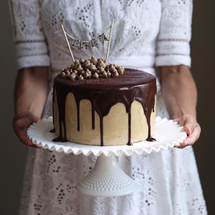 gâteau dégoulinant au glacage chocolat et meringue suisse parfumé au café, recette de ganache pour réaliser un glaçage coulant