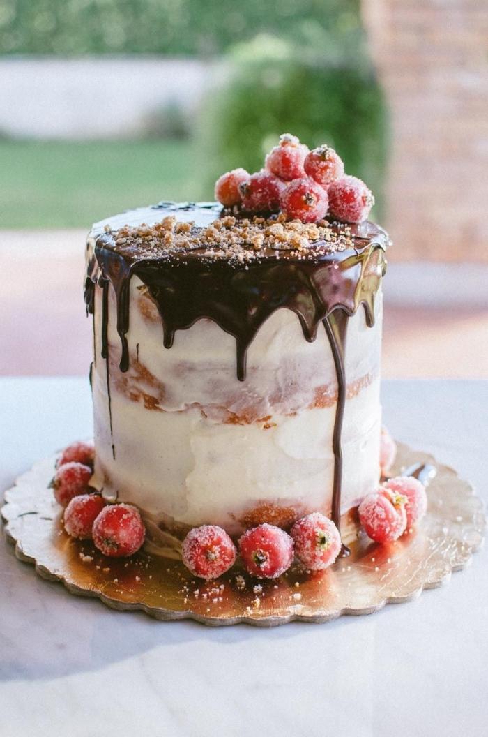 gâteau à la confiture de fraises faite-maison au glacage chocolat coulant sur une couche de fromage frais