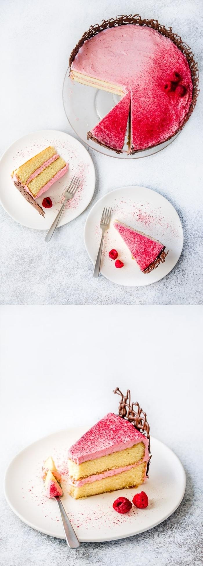 présentation originale d'un gâteau d'anniversaire vanille et framboise au glacage framboise, au déco dentelle de chocolat