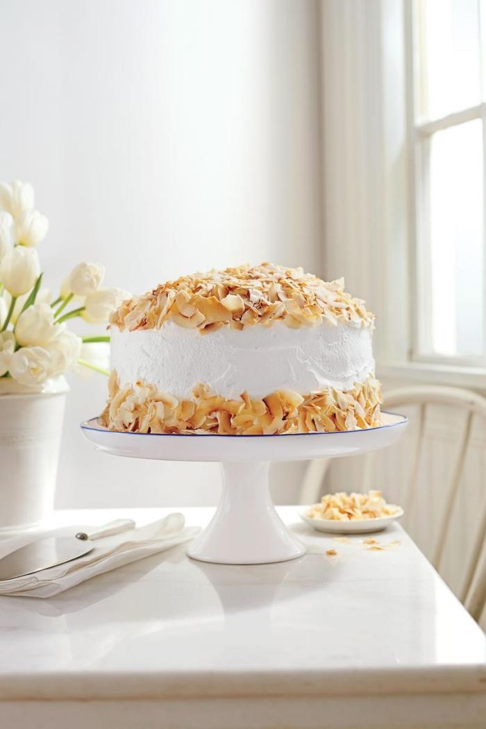 gâteau à la noix de coco au glaçage décoré avec des flocons de noix de co