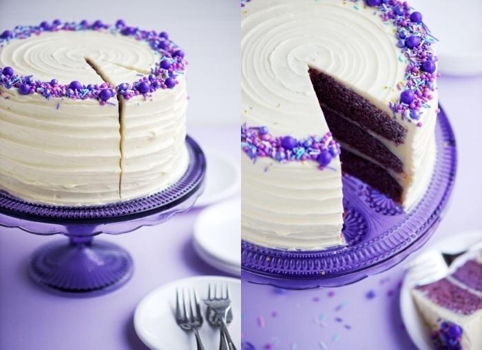gâteau red velvet cake original à base de génoises colorées en violet, au glacage mascarpone texturé