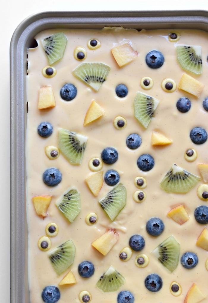 recette de plaque de yaourt glacé aux kiwis, myrtilles et nectarines, décorée avec des yeux de monstre, dessert sain et original pour le repas halloween