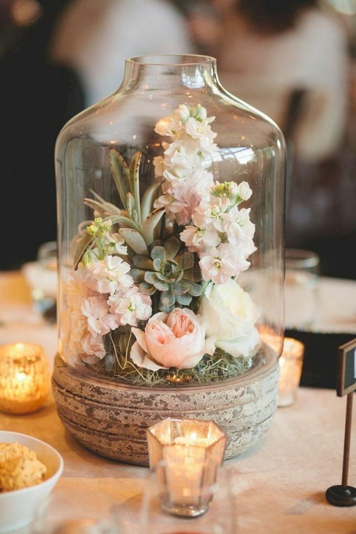 bocal rempli de succulents et de fleurs roses, petits bougeoirs hexagonaux