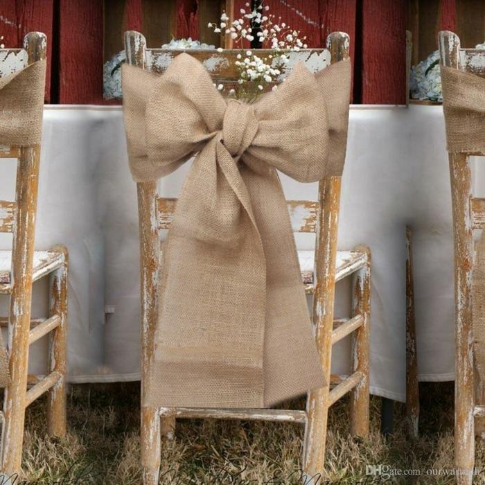 chaises en bois à effet vieilli, grands rubans de jute attachés aux chaises, mariage campagnard