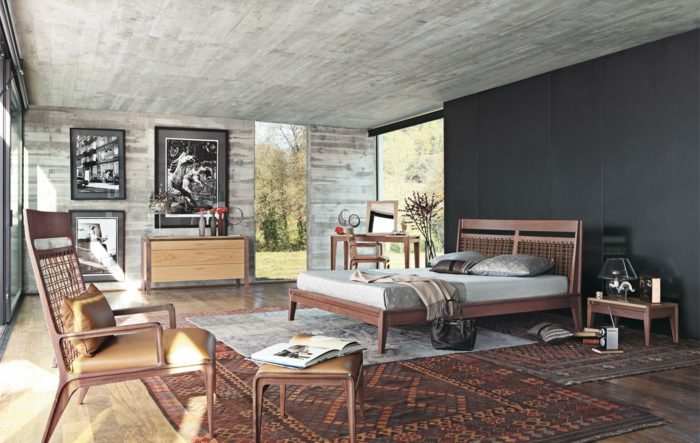 grand salon espace industriel, tapis ethnique, mobilier minimaliste, mur gris anthracite, photos monochromes