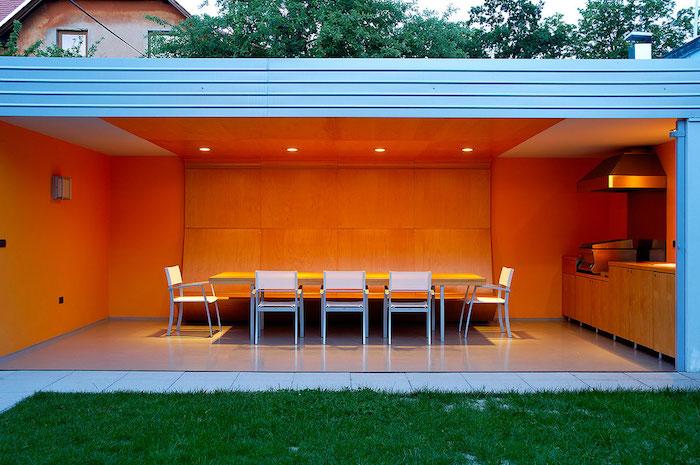 salon à manger et cuisine d'extérieur design et moderne ouverte sur le jardin