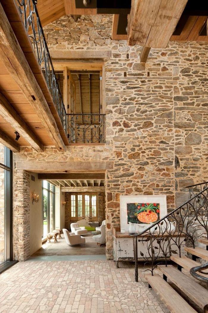 grande demeure ancienne à étages avec intérieur en pierre et bois en déco vintage
