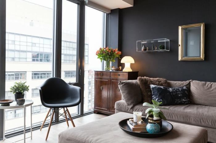 grande baie vitrée, chaise style industriel, sofas couleurs neutres, mur bleu colombe, commode vintage