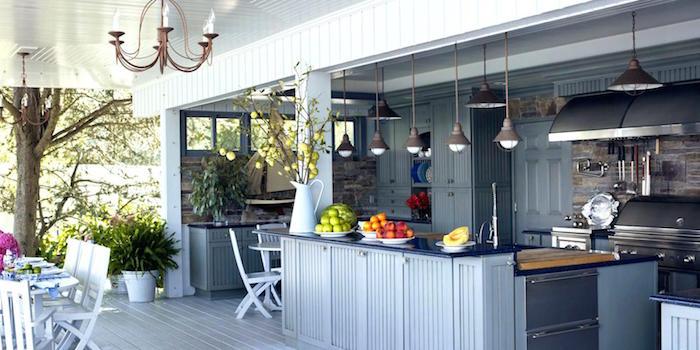 photo grande cuisine exterieure ouverte avec bar en bois avec terrasse sur parquet