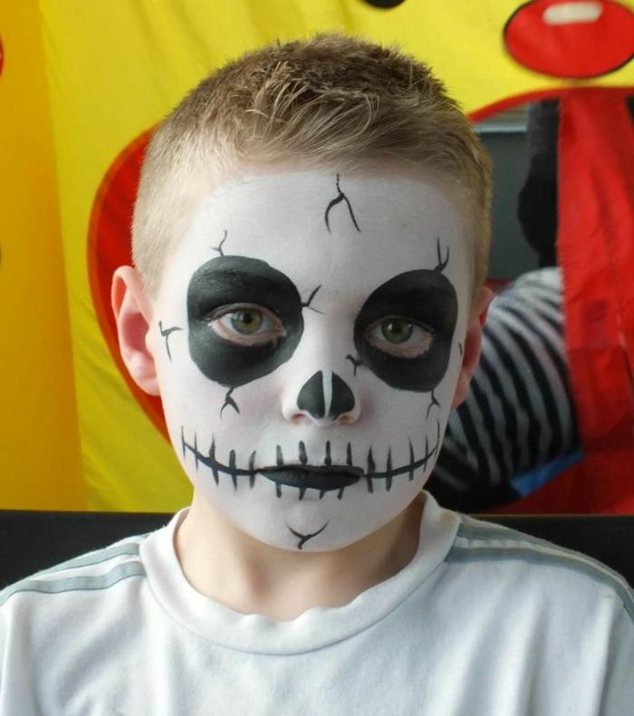 grands cercles entourant les yeux, maquillage halloween garcon tête de mort, t-shirt blanc