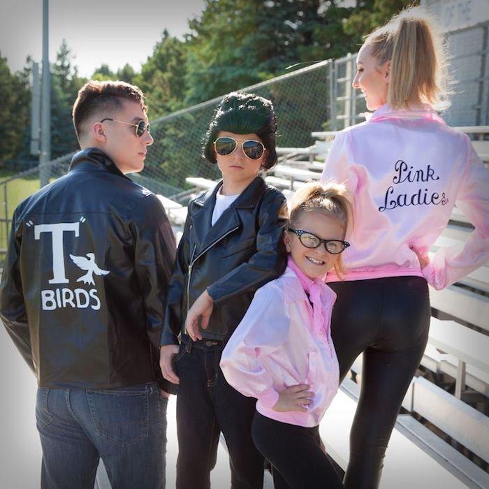 Deguisement groupe, idee deguisement carnaval, groupe idée sympatyque Grease famille avec veste moto et vestes roses pour les filels