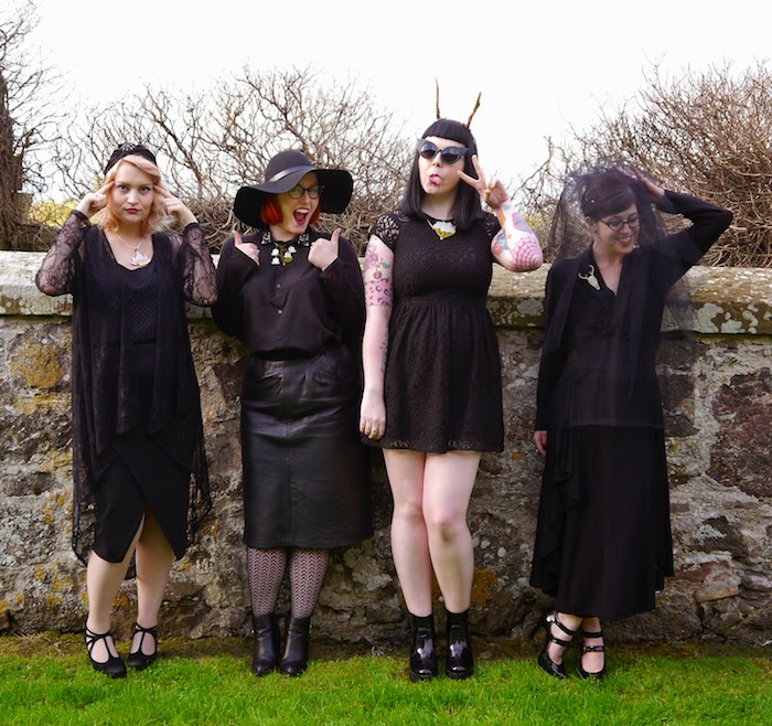 exemple de deguisement de groupe de sorcières en robes noires avec des accessoires divers, chapeaux sorcière, voile
