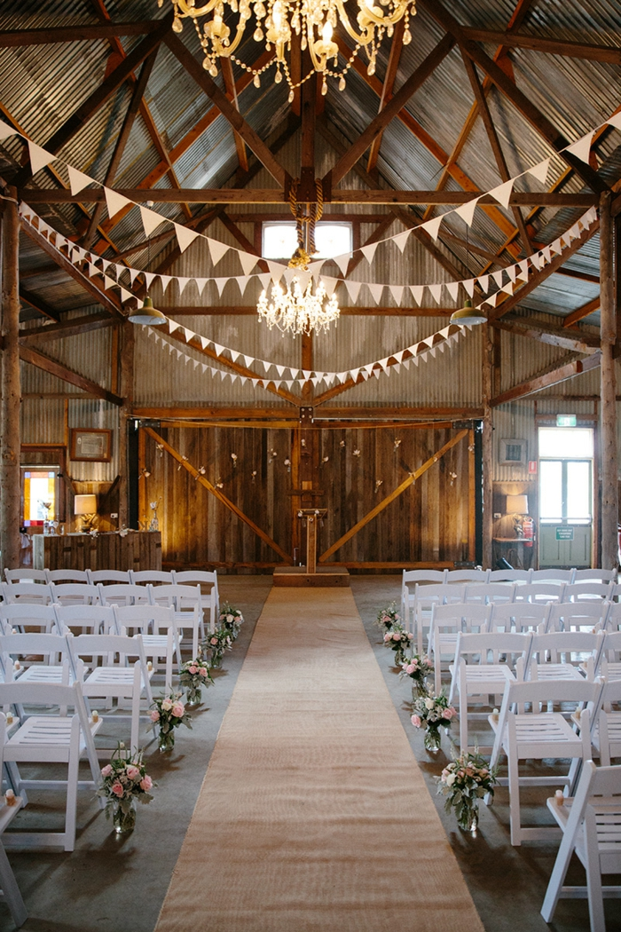 vieille grange rénovée décorée pour un mariage theme champetre, chandelier rustique