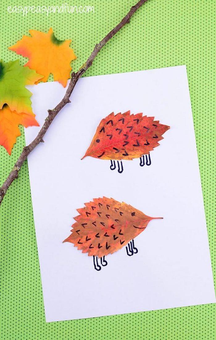 hérisson en feuille morte avec des pattes et piquants dessinés à l aide d un marquer couleur noire, dessin enfant automne land art
