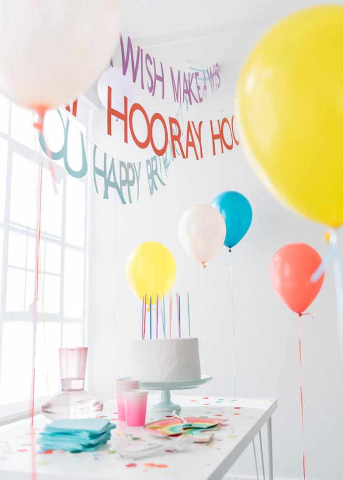 Décoration anniversaire 18 ans, deco table anniversaire 18 ans comment décorer, ballons et guirlandes avec phrase hooray