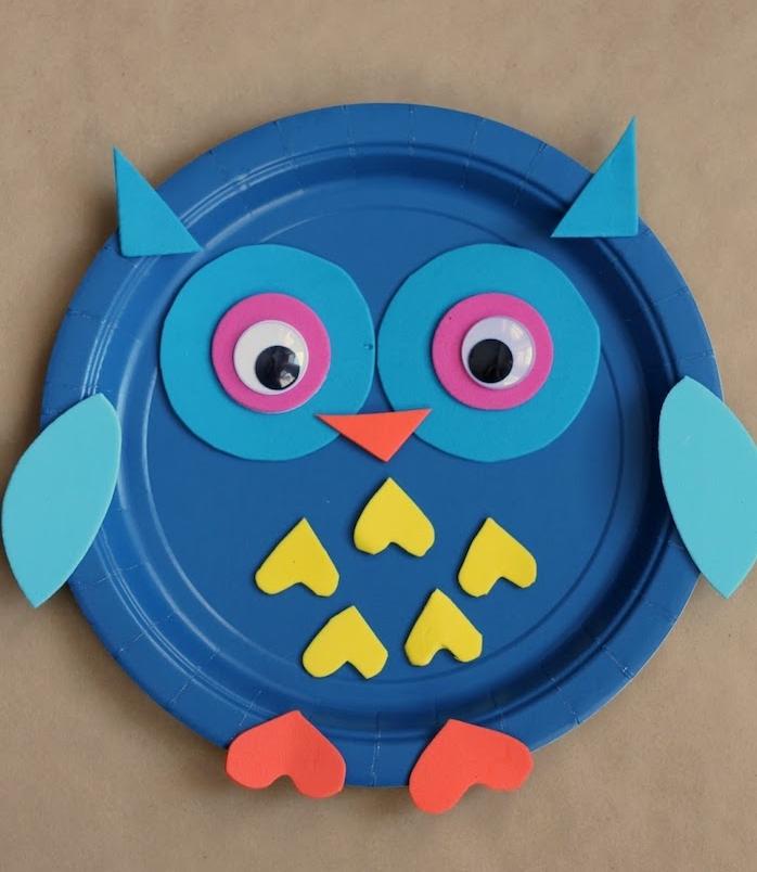 hibou en assiette de papier bleue avec des yeux, oreilles en ailes en papier mousse, activité manuelle maternelle d'automne
