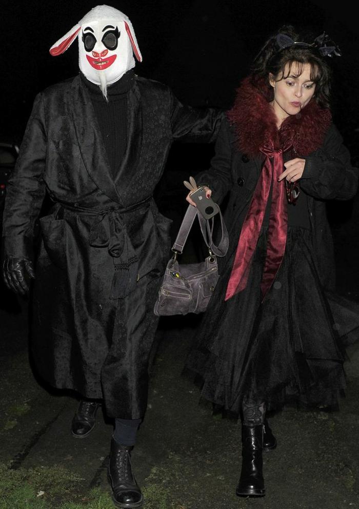 déguisement monstrueux pour halloween, masque sur le visage porc, foulard burgundy, deguisement couple pas cher