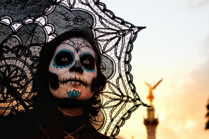 parapluie en dentelle noire, homme effrayant, maquillage squelette en trois couleurs, front toile d'arraignée