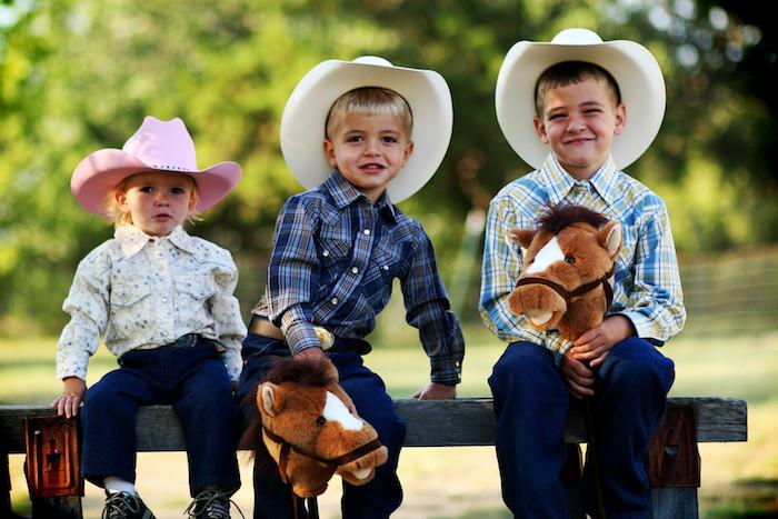 gouter d anniversaire sur le theme ouest sauvage avec cheval baton, enfants en chapeaux de cow boy, anniversaire pelin air