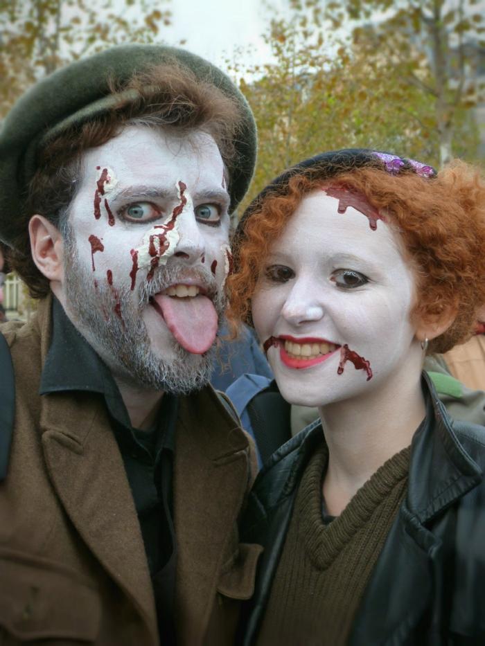 couple monstrueux habits en couleurs sombres, traces de sang avec peinture à visage rouge, visages peints blancs
