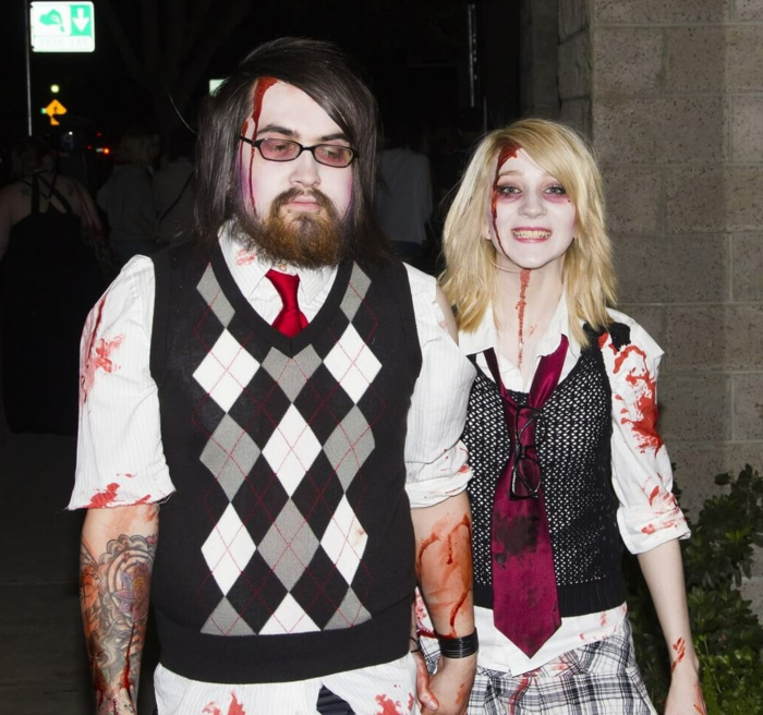 deguisement carnaval facile, homme et femme habillés en habits casuels et maquillés avec peinture à visage rouge