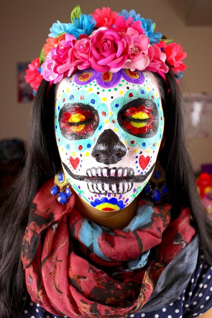 maquillage traditionnel pour le jour des morts en Mexique, couronne de fleurs, boucles d'oreilles volumineuses