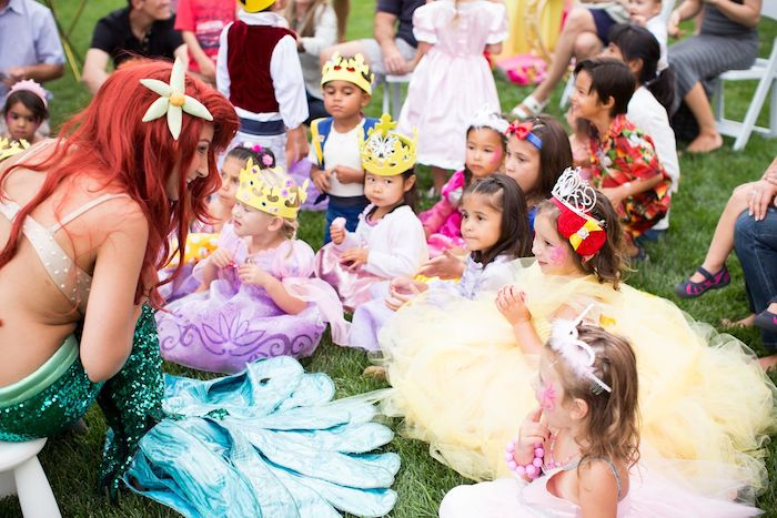 jeux anniversaire 2 an, 3 ans, petites filles déguisées en princesses en robes avec des couronnes et animatrice déguisée en la petite sirène