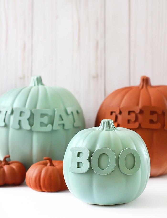 activités manuelles halloween avec citrouille décorée de lettres décoratives en bois et repeintes de couleurs variées