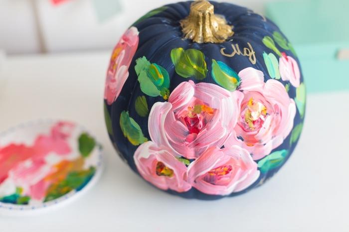 citrouille halloween décoration stylée en peinture et motifs floraux, modele citrouille halloween élégante à dessin naturel