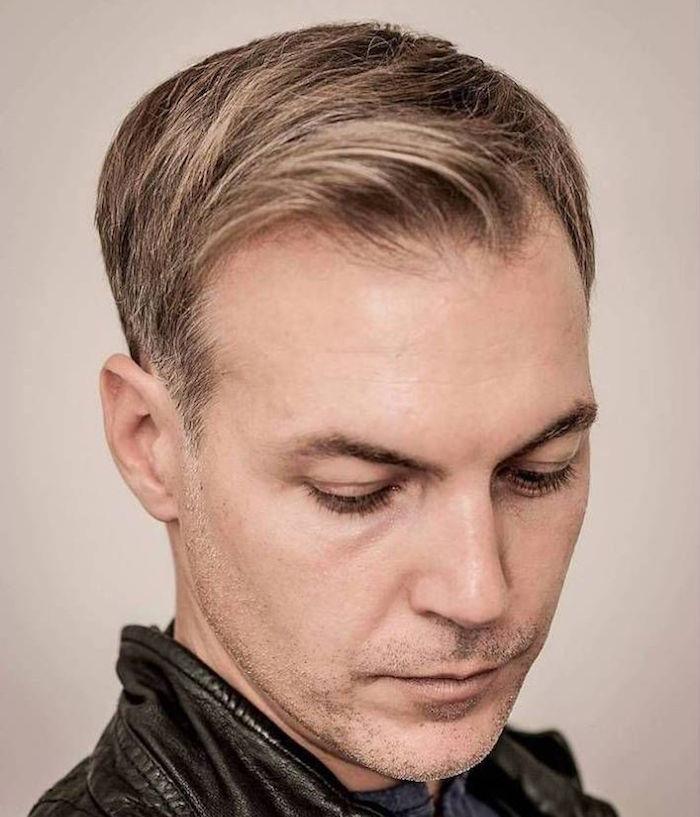 modele coupe de cheveux homme avec début de calvitie ou alopécie avec cheveux blonds