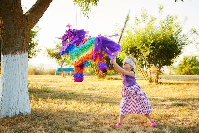 anniversaire 6 ans avec pinata pour animation enfant en plein air, fabriquer une pinata enfant en forme de licorne