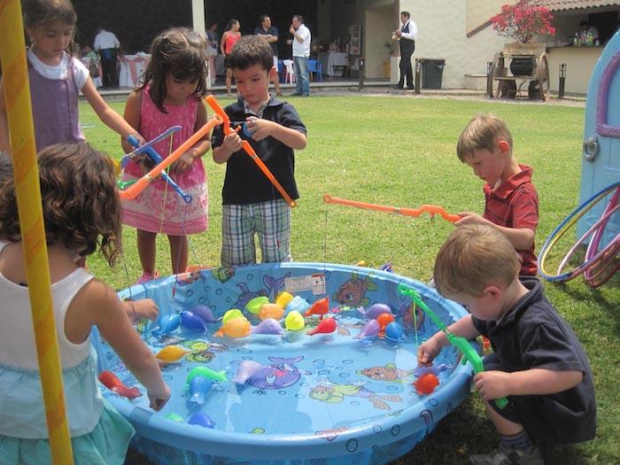 pêche à la linge pour enfants, pêche poissons dans une piscine enfant gonflable sur l herbe, jeux anniversaire 4 ans