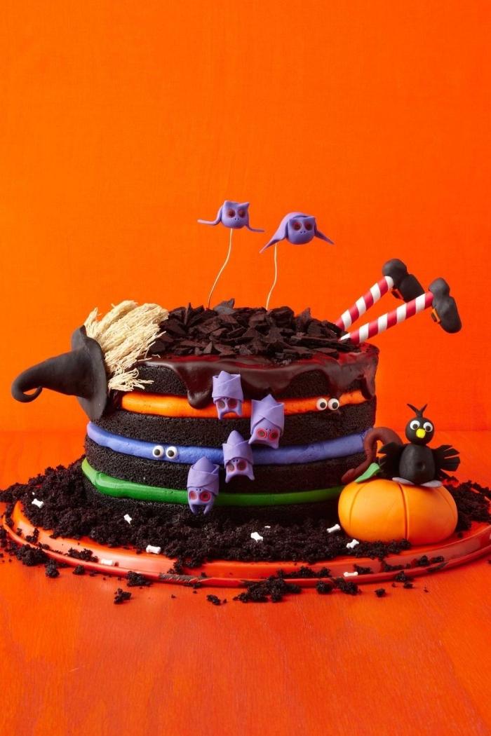 modèle de gâteau au chocolat avec décoration en figurines effrayantes en fondant coloré en violet, recette d halloween effrayante
