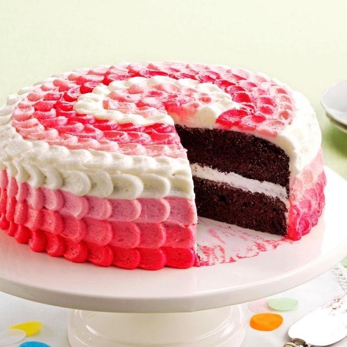 idée déco originale pour un gâteau chocolat, aux pétales de roses en glacage gateau en dégradé